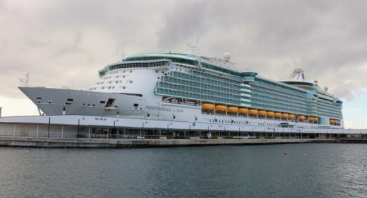 «Independence of the Seas» у терминала