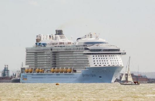 «Ovation of the Seas» на реке Темза