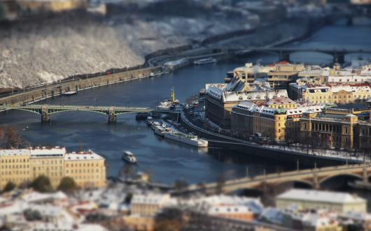 100052_gorod_praga_korabli_most_doma_reka_tilt-shift.jpg